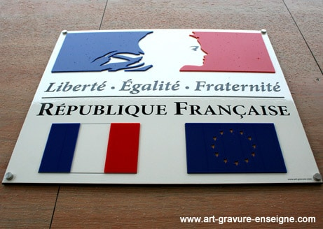 panneau-loi-peillon-avec-drapeaux-francais-et-europeen